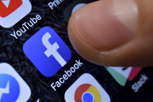 英語國家的亞裔青年通過臉書群,找到和自己一樣的人。(EPA)
