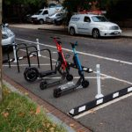 華府共享滑板車亂停亂放問題多 市府設專區管理