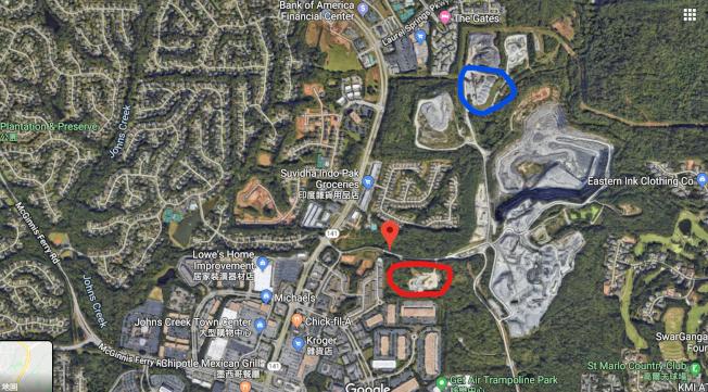 藍圈部分為瀝青廠舊址,紅圈部分為瀝青廠新廠預定地。可見鄰近的住宅區與商場。(谷歌地圖)