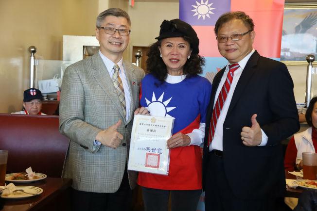 王本桓(右)代頒感謝狀給鄭正基夫人林怡,與副處長洪中明合影。(記者陳淑玲/攝影)