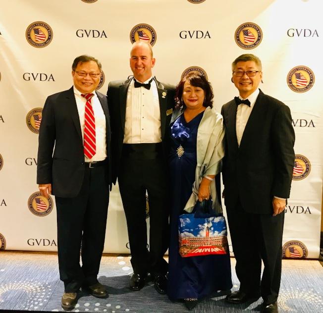 Freedom Ball 晚宴,會長王本桓(左)、陳家琪(右二)夫婦、台北經文處副處長洪中明(右一)及喬治亞州退伍軍人節協會會長Kevin Miller。(榮光會提供)