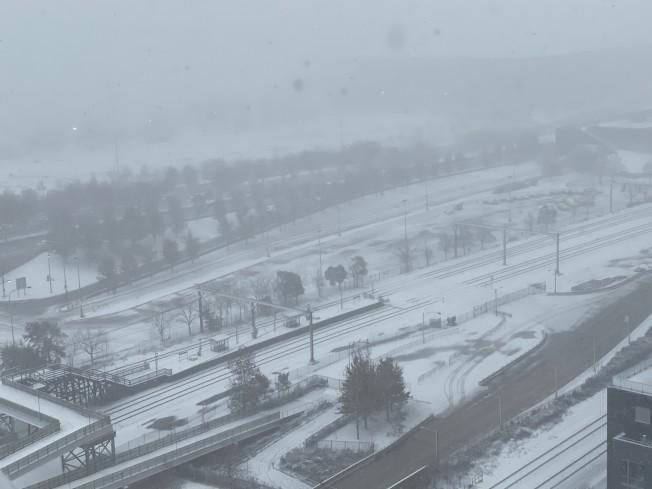 芝加哥11日大雪紛飛,沿著密西根湖的湖濱大道能見度低。(特派員黃惠玲/攝影)