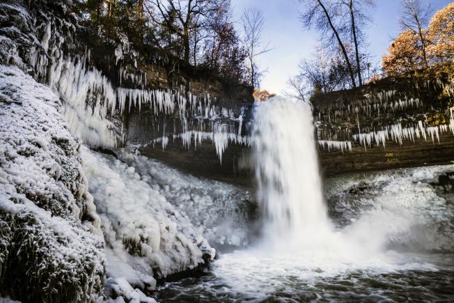 明尼亞波利斯市的「明尼哈哈瀑布」結冰。(美聯社)