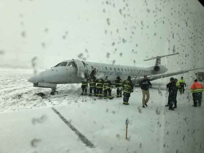 「美國之鷹」一架班機11日上午在芝加哥歐海爾國際機場打滑衝出跑道(CBS地方電視台截圖)
