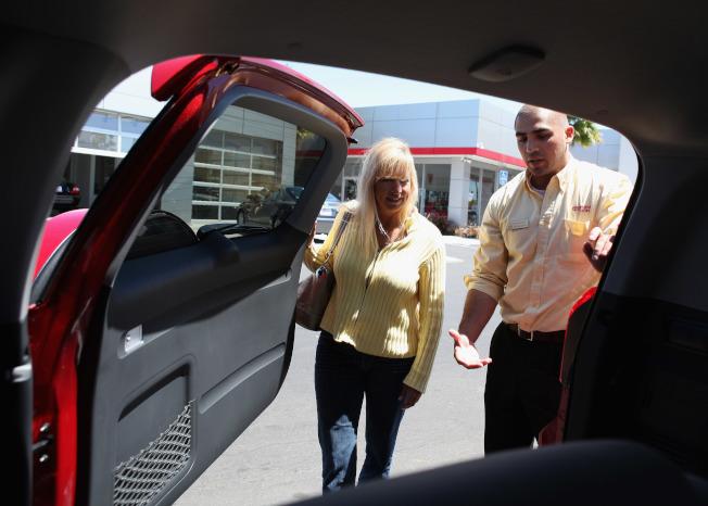統計顯示,2019年前9個月,賣掉舊車換購新車的消費者,約33%面臨負資產。圖為業務員陪同消費者選購汽車。(Getty Images)