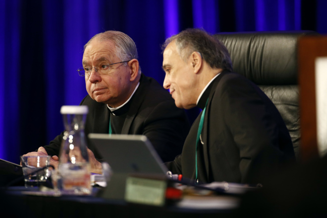 來自墨西哥的洛杉磯教區主教戈梅茲(左)被廣泛認為,將當選為新一屆主教大會的主席,成為美國首位西語裔擔任全國天主教的要職。(美聯社)