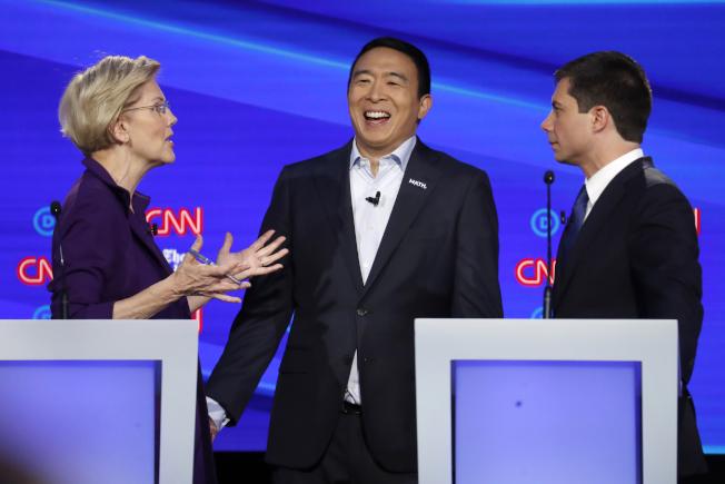華裔總統參選人楊安澤(中),上月與民主黨對手同台辯論。(美聯社)
