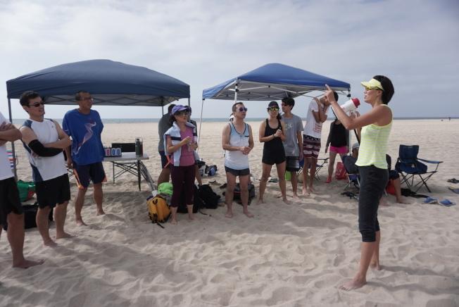 南加華人社區一批沙灘排球愛好者,日前在橙縣杭廷頓灘市海邊舉辦沙灘排球友誼邀請賽。圖為中國前沙灘排球國手張希(右)與參與者交流。(梁宏武提供)