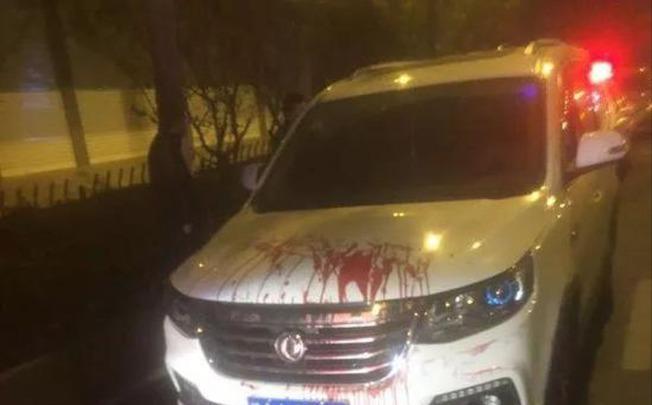 雙方疑因行駛速度發生爭執,司機劉某將隨身攜帶的匕首刺入乘客右臂,現場血跡斑斑。(取材自我蘇網)