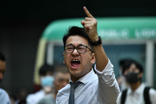一名香港警察11日開槍射傷一名黑衣示威者,引發眾怒;圖為一位民眾對著警察斥罵。(Getty Images)