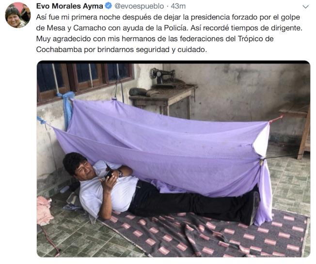 玻利維亞前總統莫拉萊斯11日在推特貼出他躺在不明地點地上的照片。(美聯社)