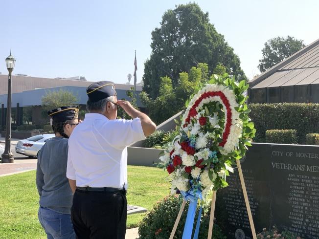 爲陣亡軍人和戰爭紀念碑敬獻花圈。(記者王子銘/攝影)