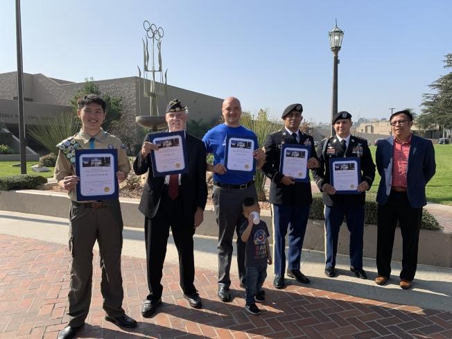現場頒發獎狀給奉獻國家的退伍軍人。(記者王子銘/攝影)