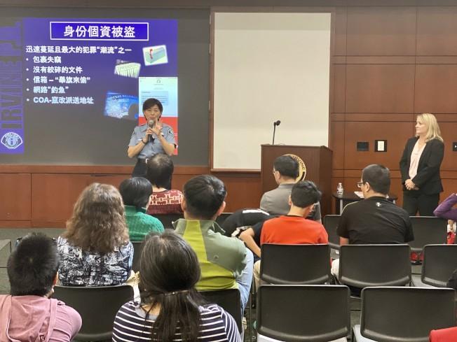 爾灣市警局華裔公共安全助理蘇玲雍以中文說明詐騙招數。(記者尚穎/攝影)