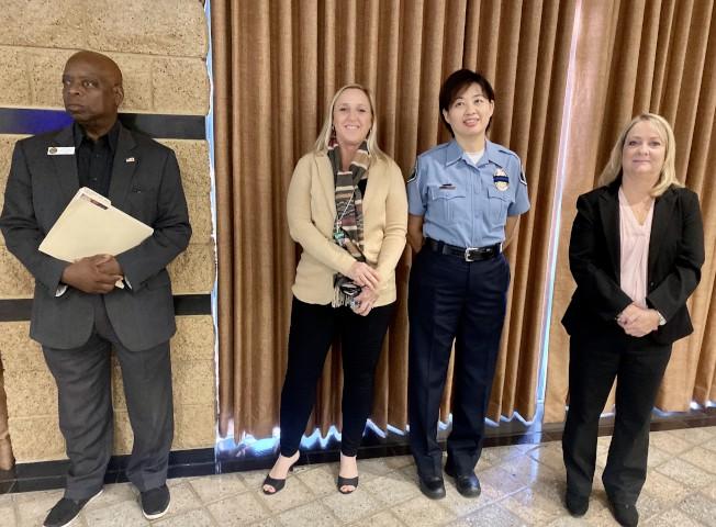 多位爾灣警局官員,說明民眾遇到的騙術及解答。右二為公共安全助理蘇玲雍。(記者尚穎/攝影)