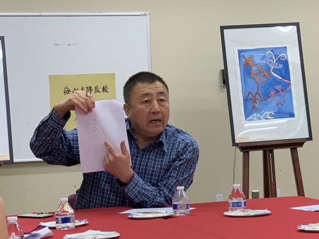 陶海心介紹甲骨文「孝」字蘊含的華夏文明哲理。(南海岸中華文化中心提供)