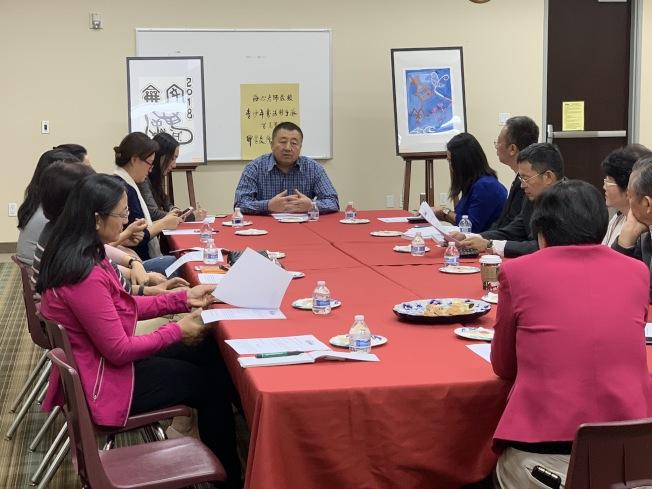 陶海心為社區各界代表說明「爾灣書法與國學種子隊」計畫。(南海岸中華文化中心提供)