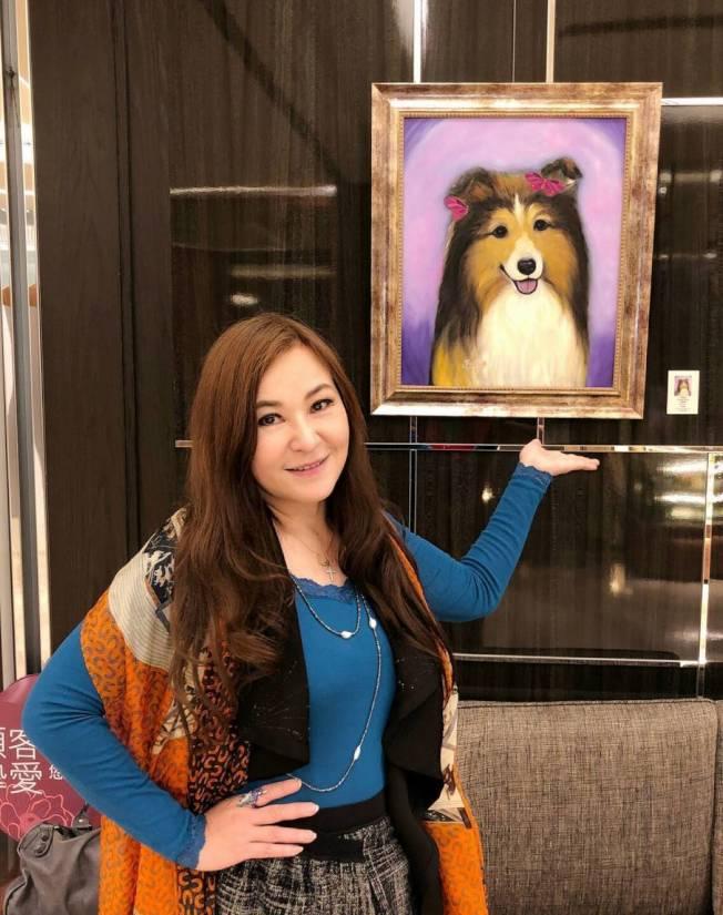 1980年代走紅台灣電視圈的女演員張富美,1995年離開螢光幕移民洛杉磯享受自由自在的生活,每日與愛犬、油畫、陶藝雕塑為伍,近年轉型為療癒畫家,還舉辦以狗狗為主題的畫展。(聯合新聞網)