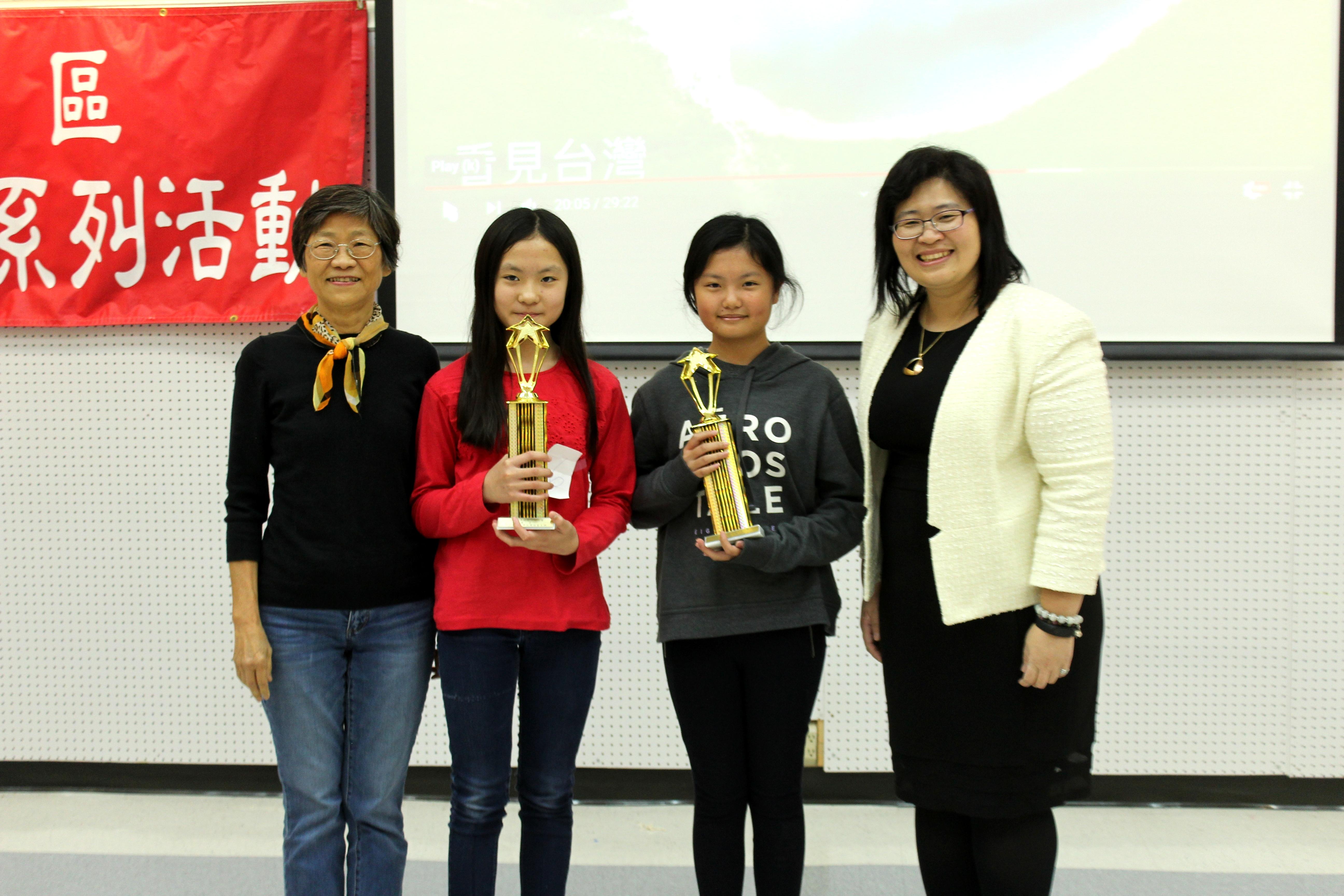 張彩惠(左一)、楊容清(右一)和曉士頓教會中文學校第一名駱佳晨、夏天愛合影。(記者盧淑君/攝影)