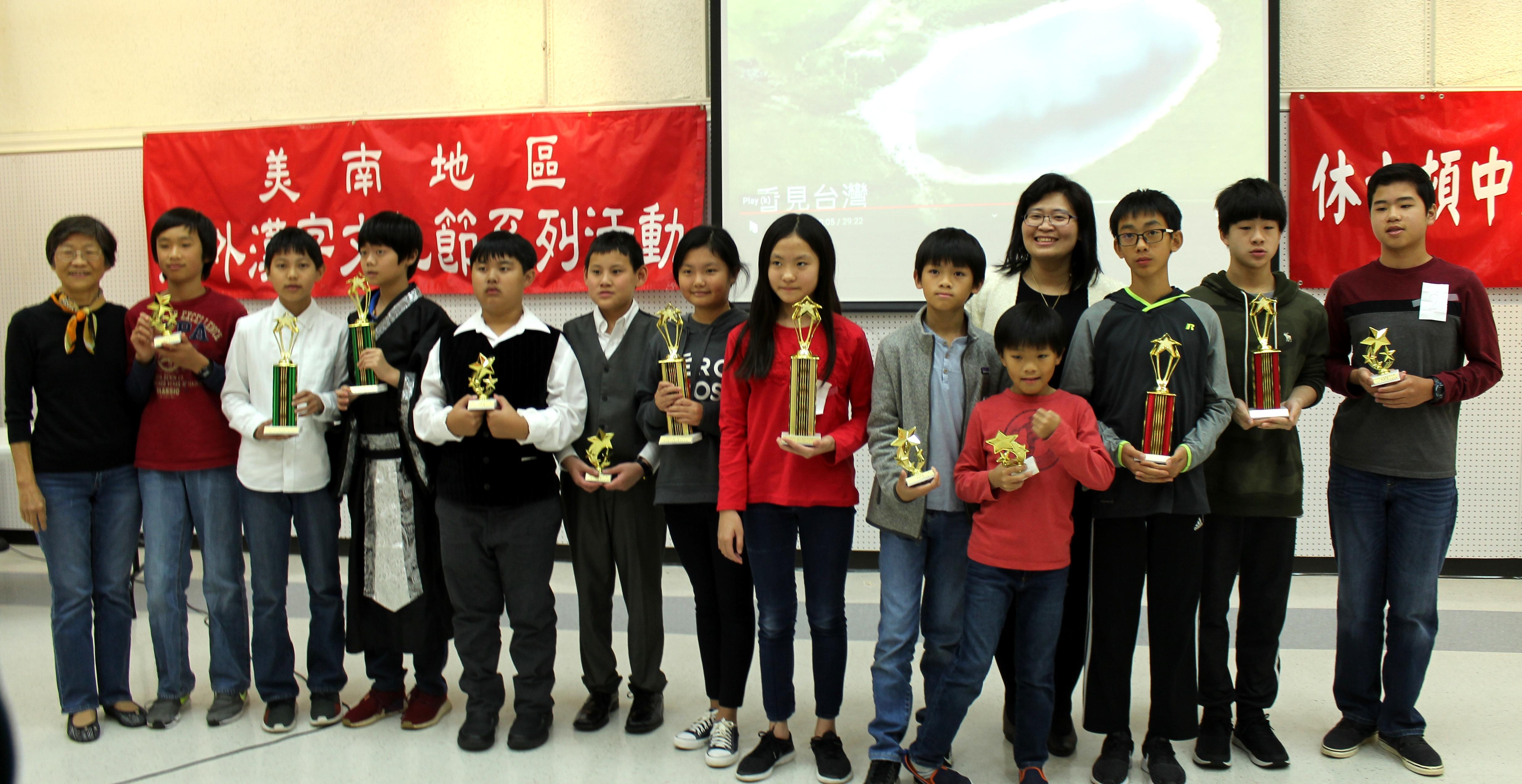張彩惠(左一)、楊容清(右四)和參賽獲獎學生。(記者盧淑君/攝影)