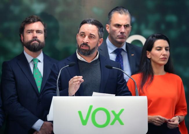 民聲黨黨魁阿巴斯卡爾(左二)率黨員在總部發表勝選演講。(歐新社)