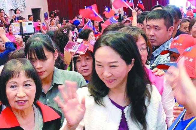 韓國瑜妻子李佳芬11日到屏東參加婦女後援會成立大會,受到熱烈歡迎,並暢談教育理念。(記者翁禎霞/攝影)