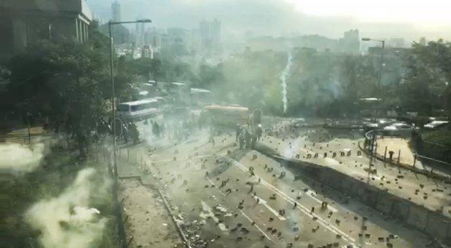 港警圍攻香港城市大學,朝校園內和學生宿舍發射多枚催淚彈。 (城市廣播直播截圖)