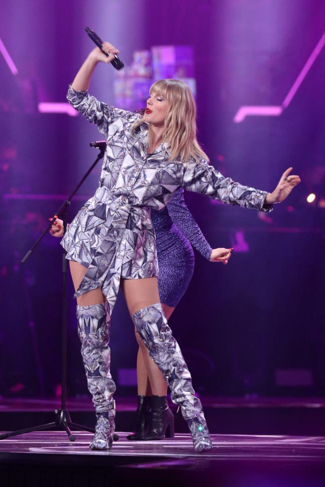 泰勒絲在雙11晚會上勁歌熱舞。(路透)