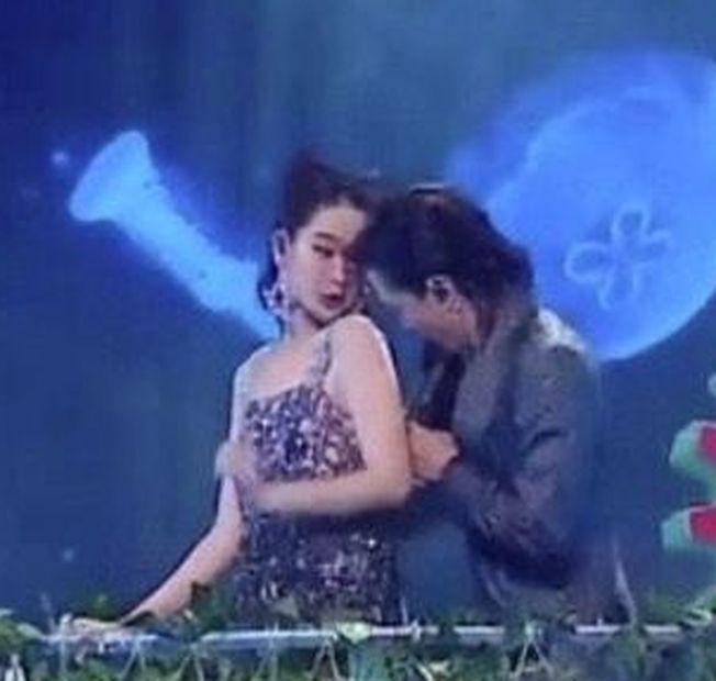 戚薇(左)和李承鉉表演時衣服勾住的新聞,上了熱搜。(取材自微博)