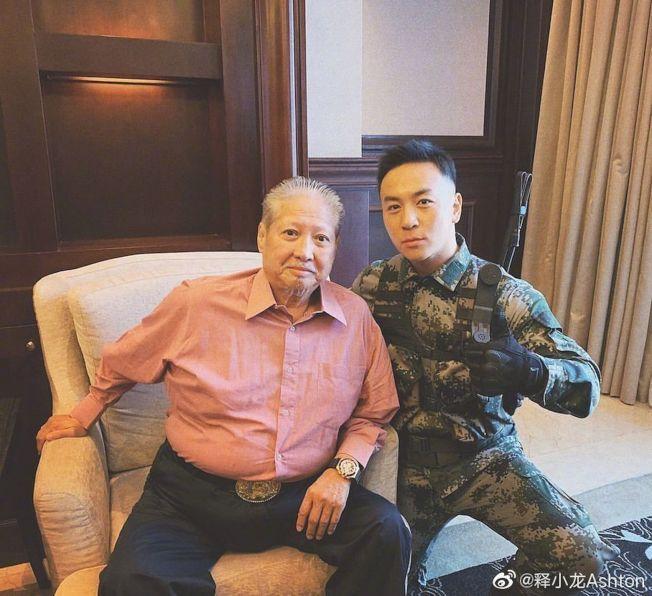 釋小龍(右)PO出與洪金寶的合照。(取材自微博)
