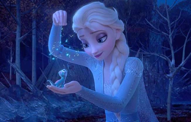 艾莎在片中的魔法森林裡遇到了一隻身分神秘、造型可愛的小蜥蜴,將會成為新的熱銷玩具。(圖:迪士尼提供)