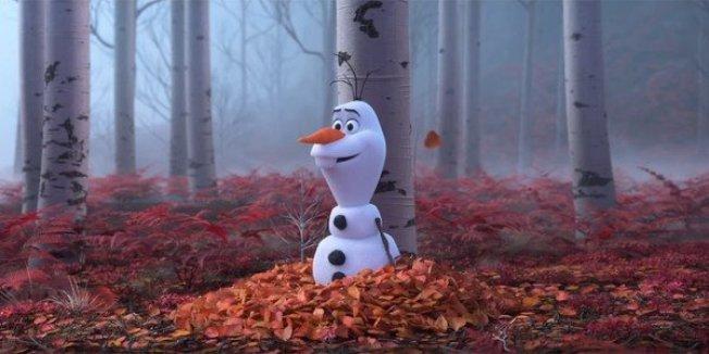 與上集的冰雪元素不同,續集中出現了帶有濃濃秋日風格的魔法森林,雪寶也經歷了一次新的冒險。(圖:迪士尼提供)