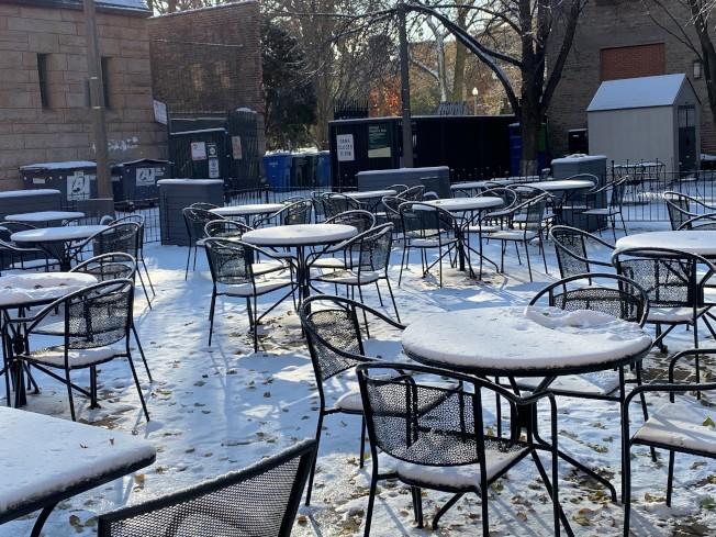 平時不少顧客的戶外咖啡店,12日空無一人。(特派員黃惠玲/攝影)