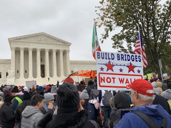 數百名從紐約出發的夢想生經過兩周多、230哩的徒步,12日在聯邦最高法院前集會,示威呼籲保留DACA。(記者張筠 / 攝影)