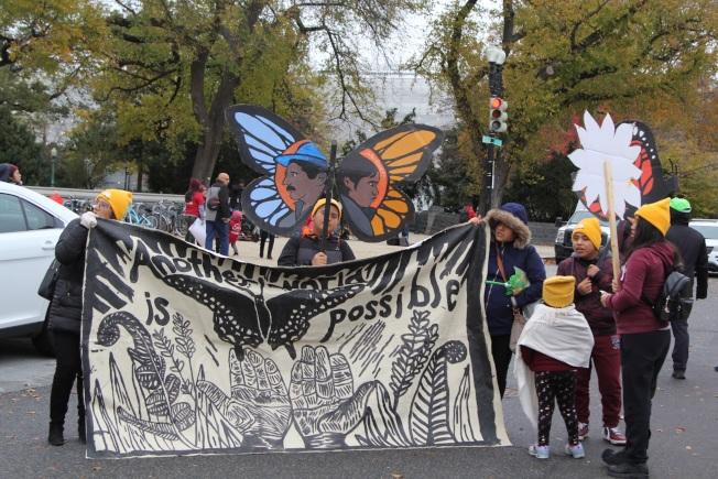 全美各地的「童年抵美暫緩遣返」(DACA)及移民權益支持者匯合12日在最高法院前舉行集會。(記者張筠 / 攝影)