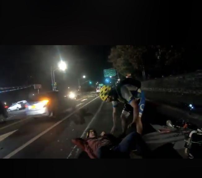 一輛廂型車衝上單車道,撞傷單車騎士後逃逸。(Jessica@Thund3r_H4wk推特視頻截圖)