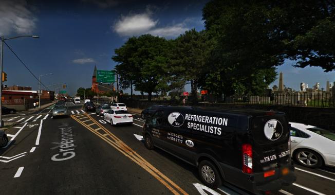 一輛廂型車在該路口衝上單車道,撞傷單車騎士後逃逸。(谷歌地圖截圖)