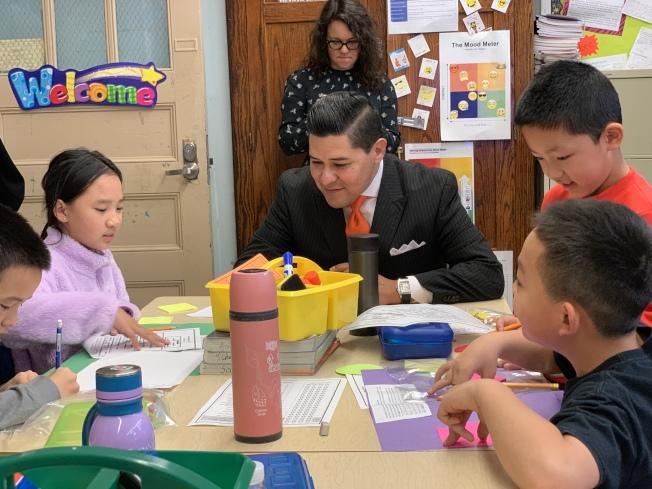 卡蘭扎(中)12日走訪皇后區公立163小學,了解學生在雙語教育項目上的發展。(記者賴蕙榆/攝影)