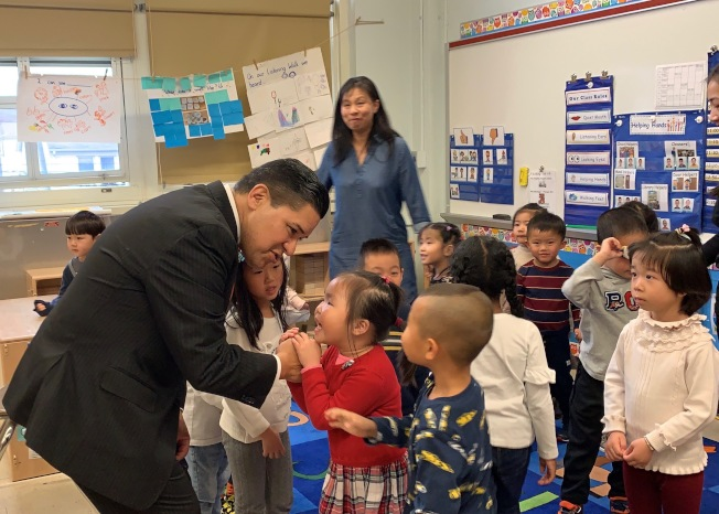 卡蘭扎拜訪皇后區公立163小學,受到大批孩童歡迎。(記者賴蕙榆/攝影)