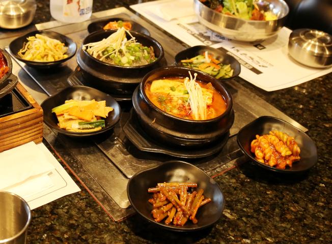 豆腐鍋配上六道小菜,可飽餐一頓。