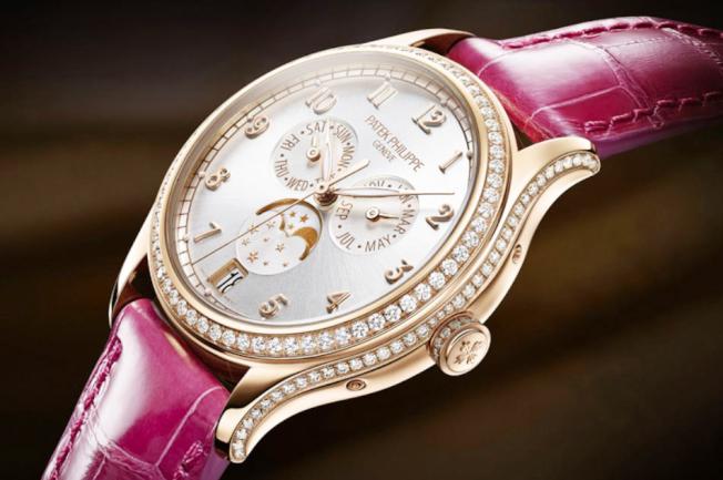 百達翡麗4947R Complications Annual Calendar Automatic Silver Dial Diamonds腕錶。(取自該店網站)