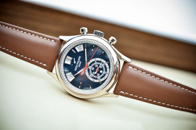 Patek Philippe02藍色錶盤可以分為上下半部,上半部為年曆功能,下半部則為計時功能。(本報資料照)