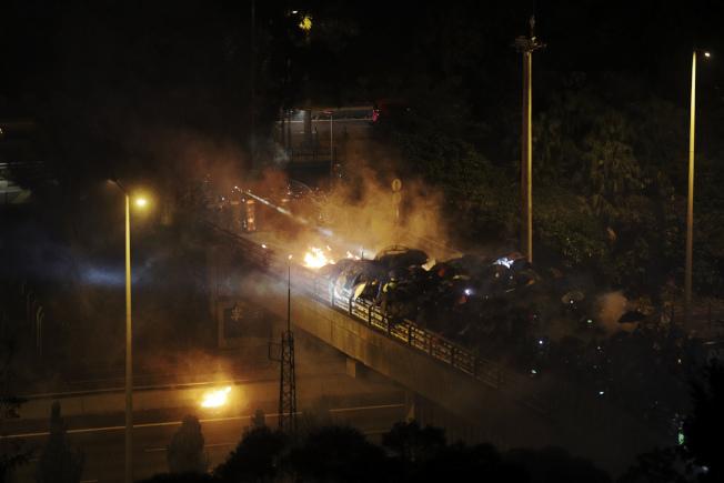 港警2日強闖中文大學校園,並與學生示威者發生暴力對峙。(美聯社)