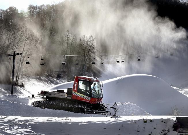 威斯康辛州拉克羅斯山滑雪場的經理忙著處理大量積雪,希望月底能開始營業。(美聯社)