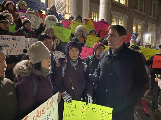 上百華裔家長在會議前舉行抗議示威。(記者黃伊奕/攝影)
