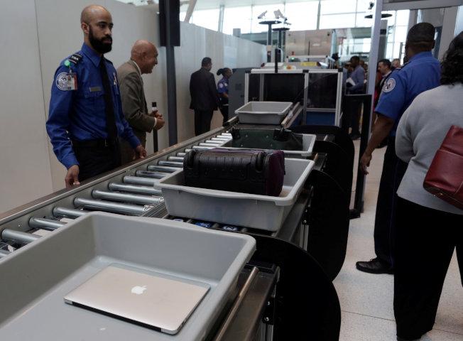 聯邦地區法院判決,未持搜索票檢查旅客筆電或手機內容違憲。(路透)