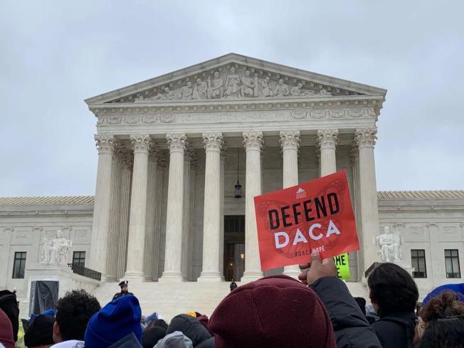 最高法院12日首度聽審決定全美66萬「夢想生」命運的DACA行政令,數百名夢想生及維權團體在最高法院前集會示威,守護DACA。(記者張筠 / 攝影)