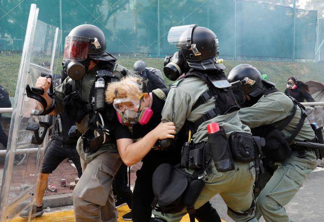 香港警方在校園內逮捕一名學生。(路透)