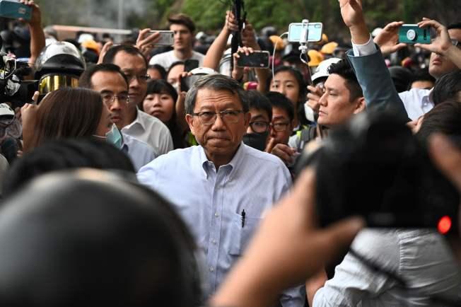 學生與警方在校園對峙,香港中文大學校長段崇智(中)到場協調。(Getty Images)