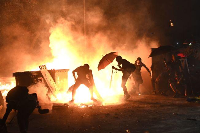 示威者12日在香港中文大學校園內縱火阻擋港警追捕。(Getty Images)